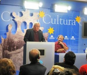 Reinaldo García Ramos lee en el Encuentro de Poetas en Salamanca.