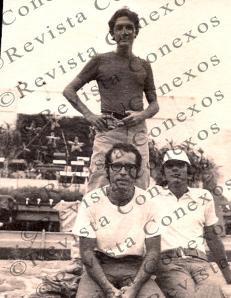 En primer plano: Antonio Desquirón Oliva y Reinaldo Arenas. De pie: Reinaldo García Ramos. Parque Lenin, La Habana, 1974. (Foto cortesía de Reinaldo García Ramos)