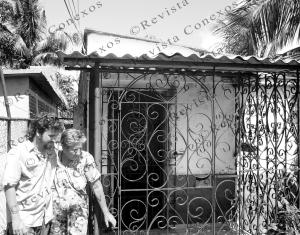 Carlos Velazco y Roselia Rodríguez frente a la casa de Carlos Victoria y su madre. (Foto cortesía del autor)