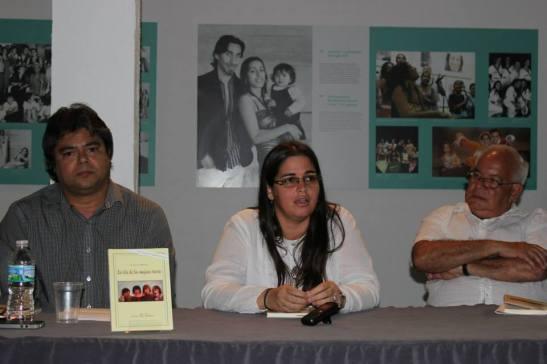 """Rodolfo Martínez Sotomayor, Elizabeth Mirabal y José Prats Sariol el 10 de julio de 2015, presentación del libro """"La isla de las mujeres tristes"""" (Foto: Eva M. Vergara)"""